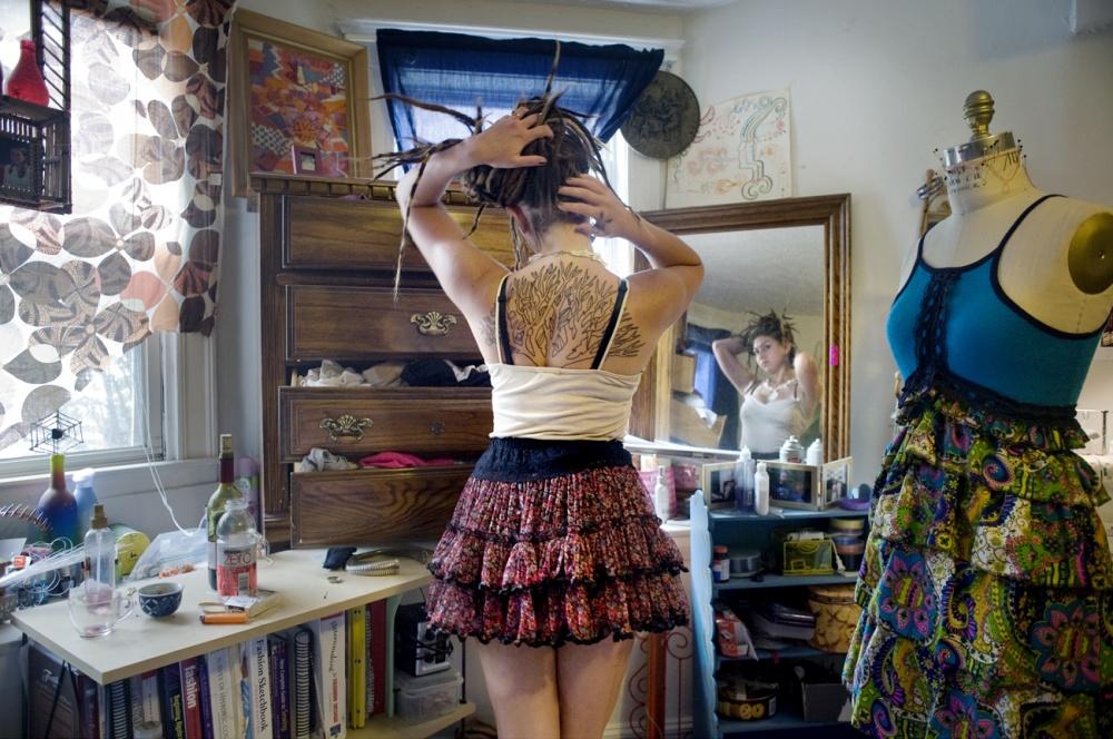Рания Матар фотографировала молодых девушек в их комнатах.