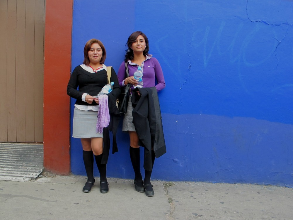 Ruby y Gema en una pared azul.egg